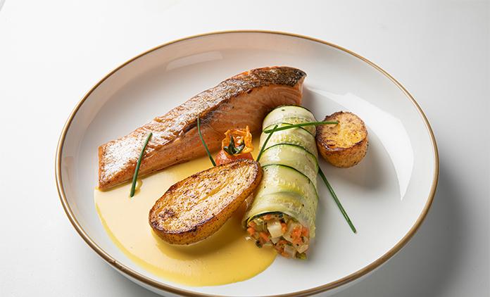zalm tosti Fiore met een roulade van groentjes Bye Traiteur AROMATE - Gardens of aromates - salle de fêtes feestzaal le grand salon - le palais de plume - the classic domaine - mariage communion anniversaire.
