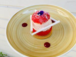 dessert in soesvorm met frambozen Bye Traiteur AROMATE - Gardens of aromates - salle de fêtes feestzaal le grand salon - le palais de plume - the classic domaine - mariage communion