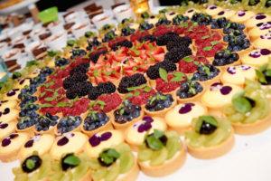 dessertenbuffet voor een huwelijk met zanddeeg en vers fruit Bye Traiteur AROMATE - Gardens of aromates - salle de fêtes feestzaal le grand salon - le palais de plume - the classic domaine - mariage communion